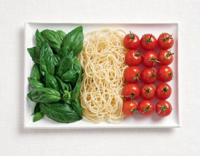 Bendera Italia yang terbuat dari bahan basil, pasta dan tomat.