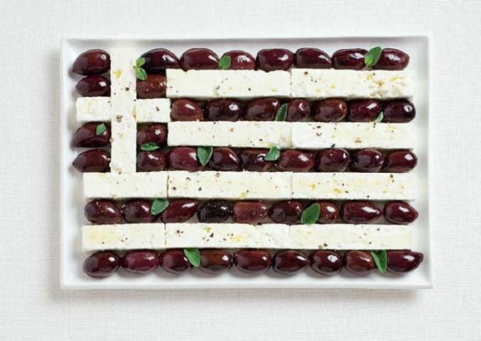 Motif bendera Yunani dari kalamata dan keju feta.