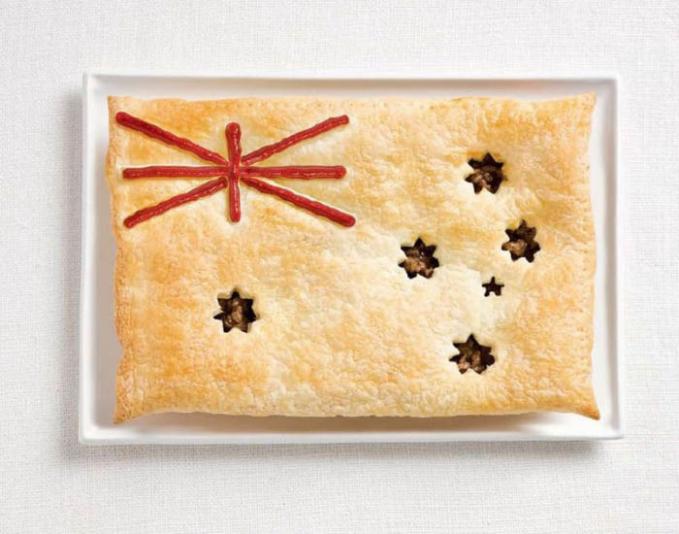Pie daging dan saus ala Australia banget.