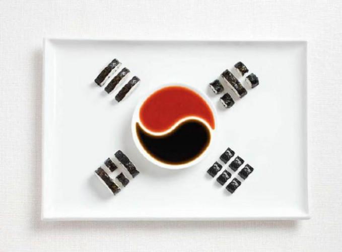 Masakan khas Korea Selatan, Kimbap dengan penyajian ala bendera Korsel.