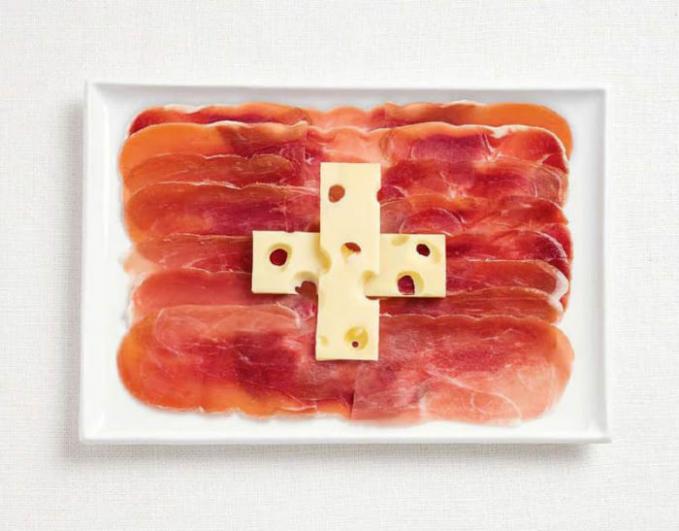 Terakhir ada bendera negara Swiss yang terbuat dari paduan keju dan daging merah. Unik kan Pulsker penyajian makanan dalam gelaran festival makanan WHYBIN\TBWA di Sydney tersebut?. (Sumber : 9gag).