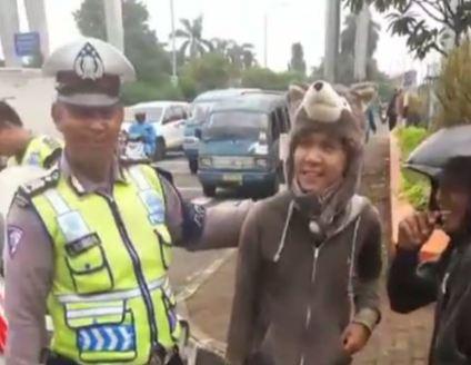 Sampai-sampai Pak Polisi dibikin bingung dibuatnya oleh pengendara berhelm kepala beruang.