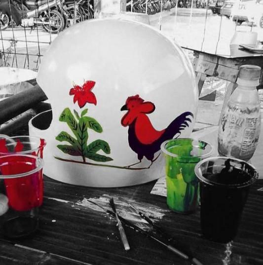 Gambar ayam jago yang biasa kita temui di mangkok kini juga ada di helm lho.