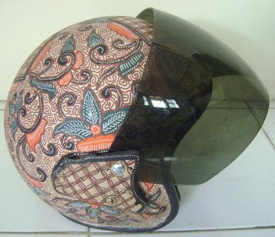 Salut deh, desainernya cinta sama budaya batik gengs.
