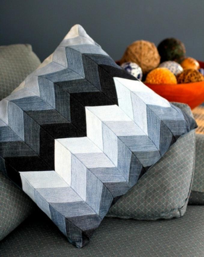 Jadi sarung bantal untuk sofa diruang tamu makin terlihat unik.