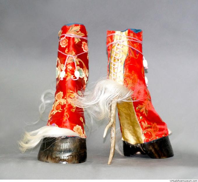 Heels dari kaki rusa yang dibalut dengan kain khas Cina berwarna merah.