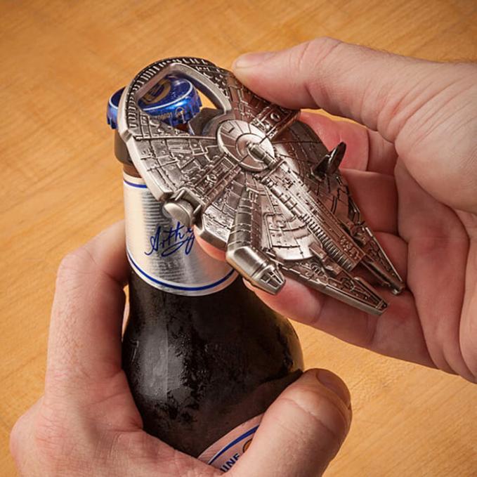 Ini bukan mainan gengs, tapi pembuka tutup botol ala Millenium Falcon.