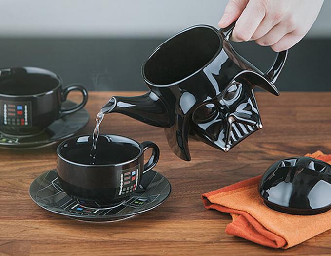 Tea pot Darth Vader lengkap dengan cangkirnya, bikin nge-teh jadi makin berkesan.