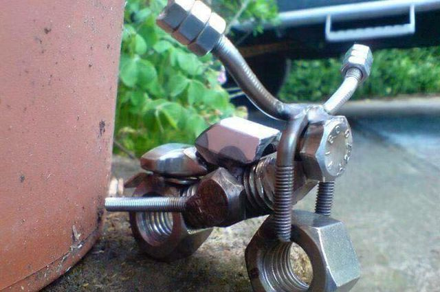 Miniatur motor dengan memanfaatkan mur dan baut.
