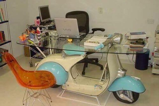 Ini dia gengs, meja kerja anti mainstream banget. Dari satu buah motor vespa utuh lho.