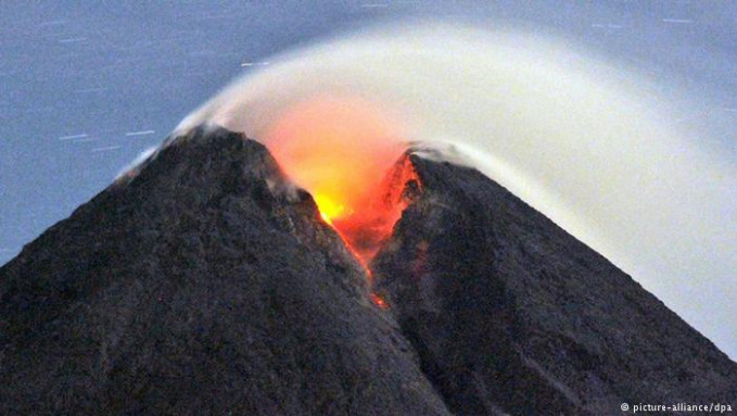 Gunung Merapi di Jogjakarta memiliki siklus erupsi lima sampai sepuluh tahun. Letusan dahsyat yang dibarengi dengan awan panas atau 'wedhus gembel' dapat menyapu hingga radius 30km dari kawah. Tak heran jika letusannya beberapa tahun lalu membawa korban jiwa tak sedikit.