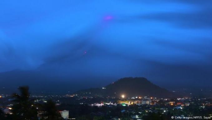 Di Filipina, tepatnya di pulau Luzon ada gunung api Mayon yang tak kalah dahsyat. Erupsi terdahsyat gunung ini terjadi ada 1814 silam yang menewaskan hingga 1.200 orang Pulsker.
