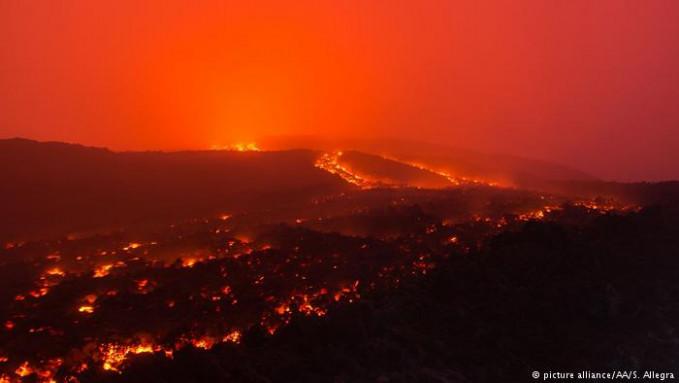 Sementara di Italia ada gunung api Etna di wilayah Sisilia. Tercatat, Etna merupakan gunung api paling aktif di Eropa. Gunung ini aktif sejak 2014 lalu. Dan letusan paling dhasyat terjadi pada 1669 yang menelan korban jiwa sebanyak 20.000 orang.