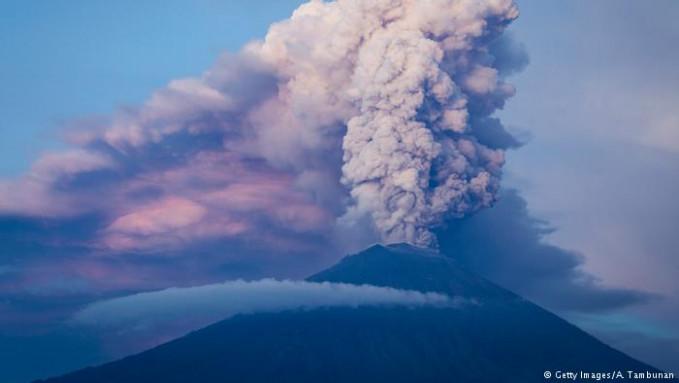 Beberapa waktu lalu gunung Agung di Bali ramai jadi perbincangan karena peningkatan aktivitas vulkanisnya. Akibatnya jalur penerbangan dan wisata sempat terganggu. Letusan dahsyat gunung Agung terjadi pada 1963 dan 1964 menewaskan 1.500 orang.