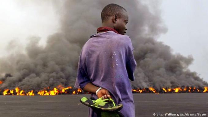 Di Afrika gunung Nyiragongo yang berada di Republik Demokratik Kongo dikenal dengan keindahannya. Namun, dibalik keindahannya gunung api ini menyimpan 3 juta meter kubik lava cari lho. Letusan pada tahun 2002 lalu membawa aliran lava hingga membanjiri seluruh kota Goma dan menewaskan 145 orang.