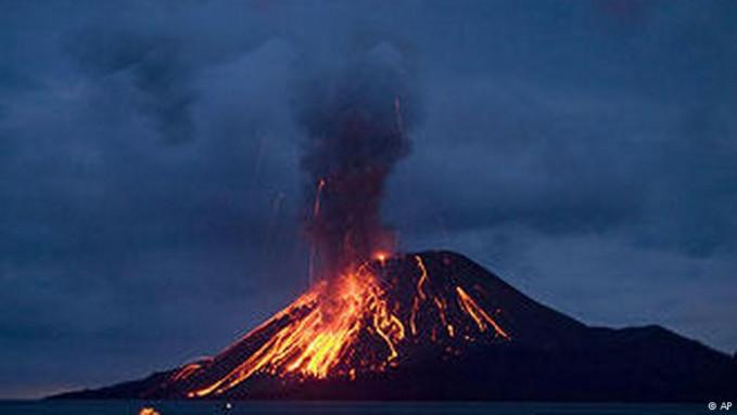 Dunia tentunya tidak asing dengan gunung Krakatau. Ya, gunung api dasar laut Selat Sunda ini pernah meletus dahsyat disertai tsunami pada 1883 dan menewaskan 36.000 orang. Krakatau terus aktif hingga kini Pulsker.