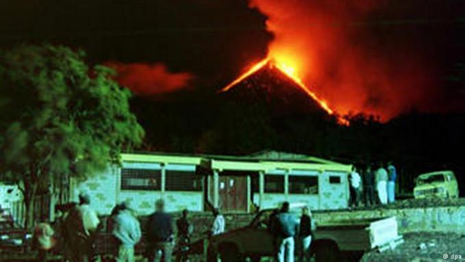 Terakhir ada gynyng api Pacaya di Guatemala. Yerakhir meletus tahun 2016 lalu dan menjadi tontonan warga lho. Hal ini karena letusannya berupa aliran laba dan kadang semburan lavanya bukan dianggap sebagai ancaman. (Sumber : Dw.com).