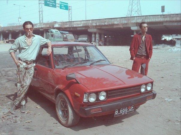 Vino gagah banget ya saat menunggangi mobil berwarna merah ini dalam film Serigala Terakhir tahun 2009.