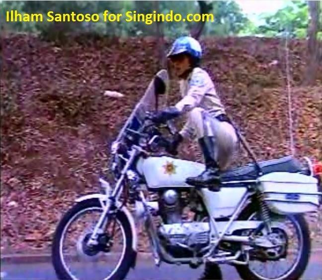 Film aslinya, para Chip yaitu Dono, Kasino dan Indro menggunakan motor merek Kawasaki Binter Merzy kz200. Udah keren banget di jaman dulu