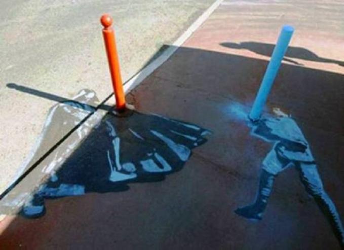 Gini kalau kreativitas tanpa batas. Sang seniman menggunakan pembatas trotoar jadi light saber duel antara Darth Vader melawan Luke Skywalker.