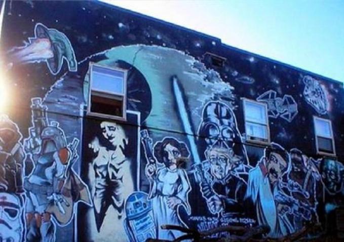 Nih, para tokoh di film Star Wars lagi bersatu gengs. Keren-keren ya karya seni mural bertema Star Wars-nya?.