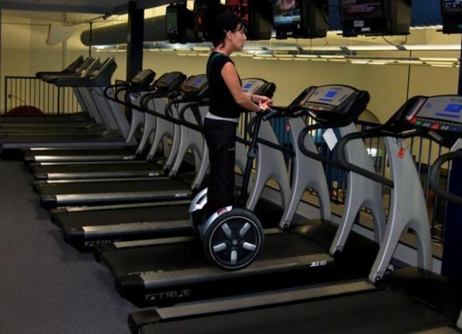 Skillnya tingkat dewa nih ibu-ibu Pulsker. Bayangin aja dia main segway di treadmill.