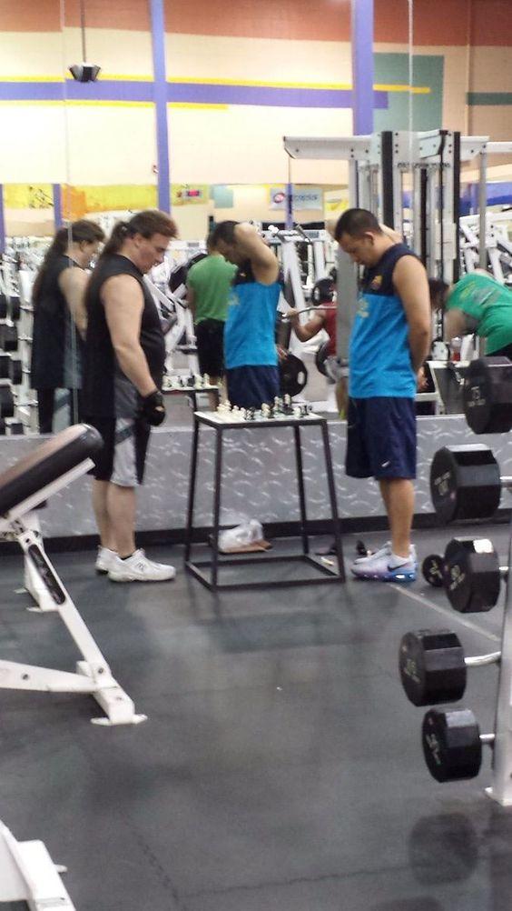 Nggak hanya otot doang guys, otak juga perlu diasah nih di gym.