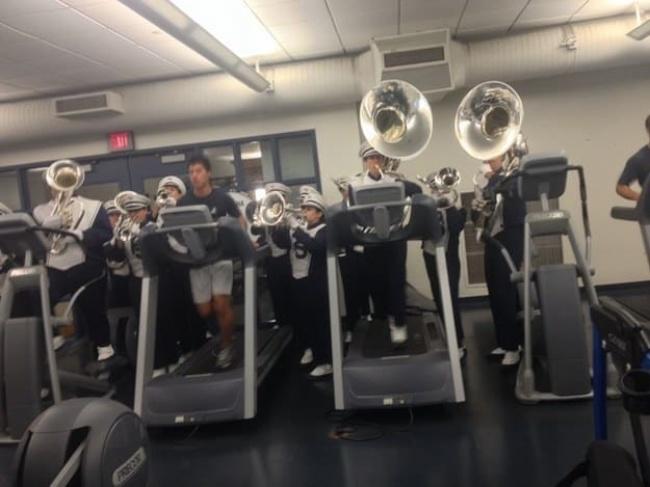 Biar makin semangat pas lagi latihannya kudu diiringi sama grup marching band. Nggak berisik tuh?.