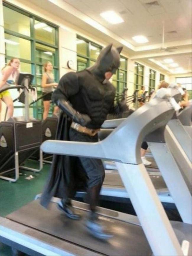Eh, ada si Batman juga lagi nge-gym gengs. Itu dia Pulsker hal konyol yang dilakukan orang saat mereka ke gym. Ingat ya gengs,jangan malas-malasan buat olahraga. Minimal satu minggu sekali agar badan kita tetap fit dan bugar.