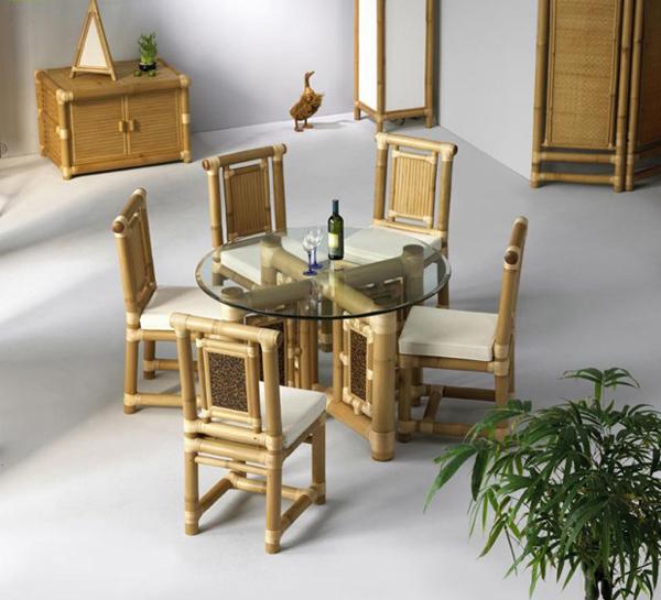 Pas banget mejanya untuk bercengkerama bareng keluarga dirumah. Unik kan Pulsker desain interior dari bambunya?. Bikin rumah jadi makin keren dan bernuansa natural. (Sumber : Bajiroo.com).