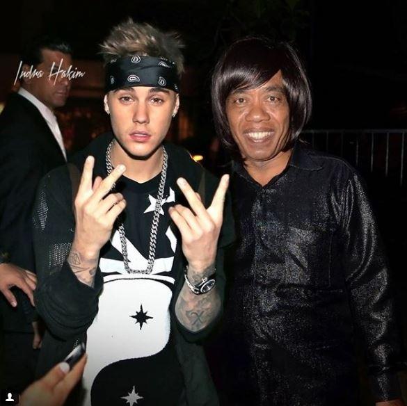 Mungkin Justin Bieber mau belajar sulap ke Pak Tarno Pulsker. Simsalabim jadi apa prok..prok..prok !!.