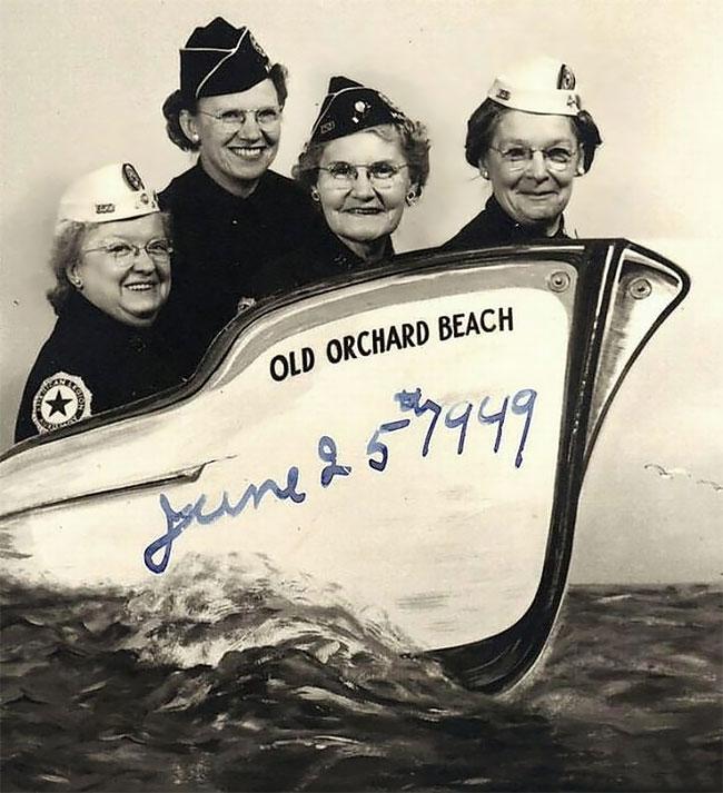 Sebelum ada foto editan pun para nenek ini bisa berpose secara kreatif sob. Dan foto ini diambil pada bulan Juni 1949 silam. Ternyata orang-orang jaman dulu nggak kalah ya sama orang jaman sekarang soal gaya saat difoto. Selalu ada saja keunikannya.