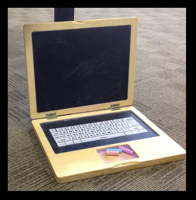 Ini bukan laptop beneran ya Pulsker, tapi papan tulis anak-anak. Sekalian mengenalkan bentuk laptop pada anak sejak dini.