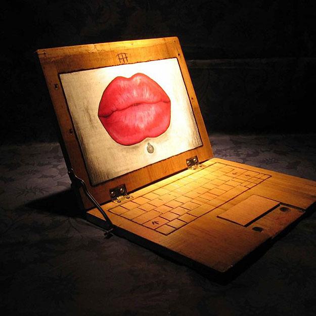Nah lo, ini laptopnya bisa dipakai nggak ya kira-kira kalau full dari kayu semua?.