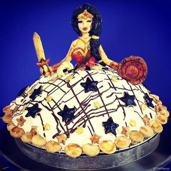 Wonder Woman lengkap dengan pedangnya di atas sebuah pie.