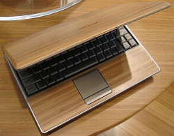 Desain Cover Laptop Bertema Kayu yang Nggak Ngebosenin