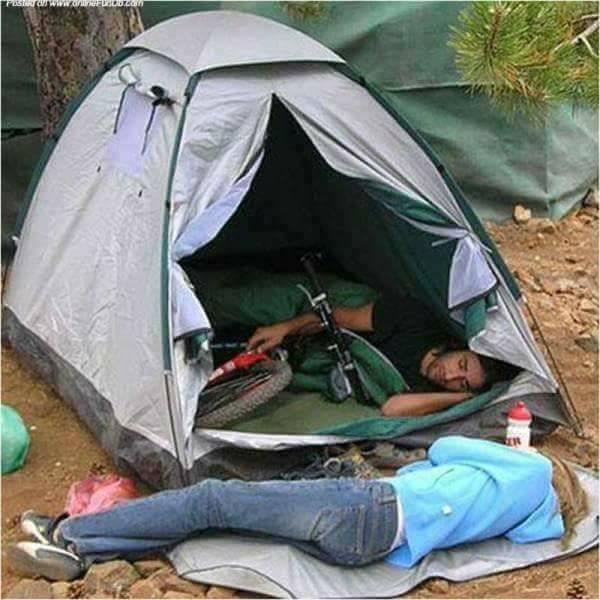 Gini kalau anak rumahan diajak camping ke alam terbuka. Tidur diluar aja nggak betah sampai-sampai si cewek harus berkorban.