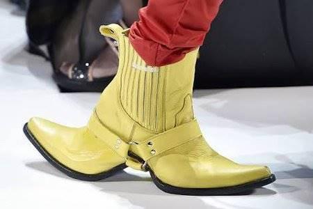 Asli deh sepatu bermuka duanya bikin bingung.