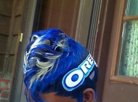 Bahkan ada pula ten mewarnai rambut dengan tema atau nama brand produk. Mungkin harapannya biar dilirik endorser kali ya?. Gimana masih mau nyobain tren aneh tersebut?. (Sumber : Kapanlagi.com, Brightside.me)
