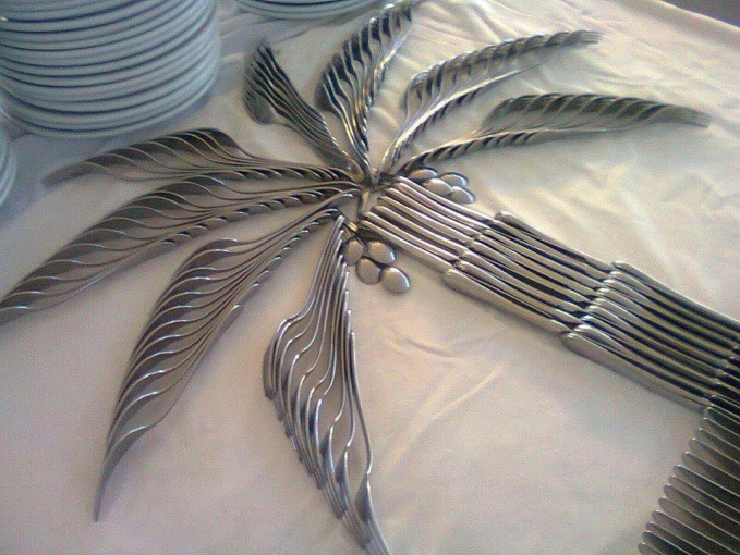 Tiga unsur yang digunakan saat makan yakni sendok, garpu dan pisau menyatu membentuk pohon palem.