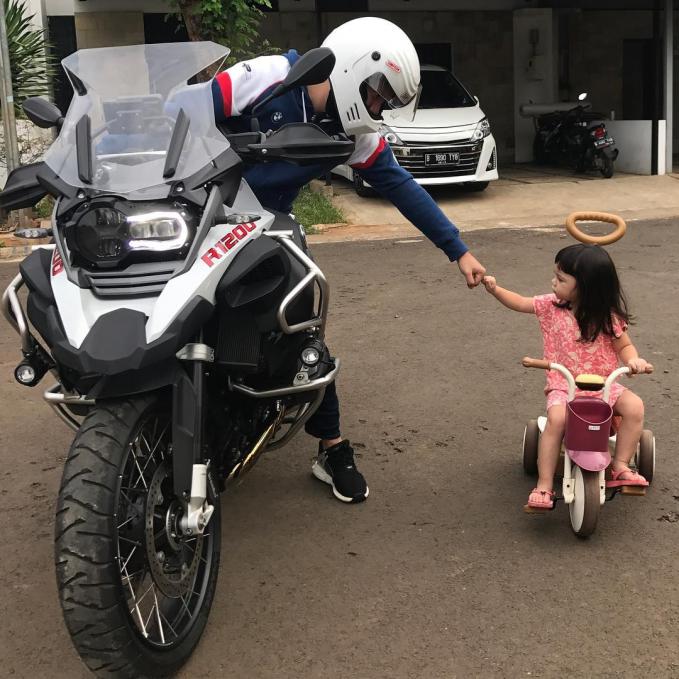Gading Marten Nggak cuma hobby nge-MC dan berakting, ternyata papa Gading juga hobby mengendarai motor. Lihat, si Gempi juga nggak mau kalah lho.