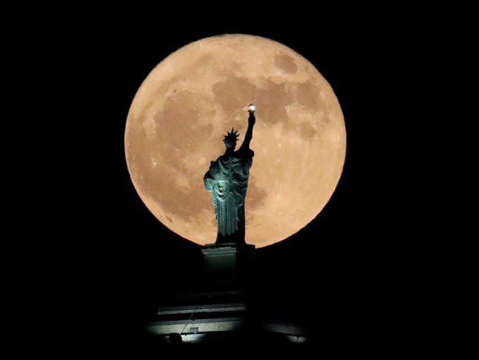 Fenomena Supermoon membuat bulan terlihat 14% lebih besar dari biasanya.