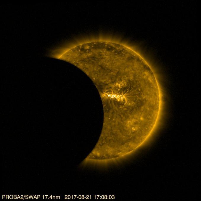 Ini adalah salah satu foto gerhana yang berhasil ditangkap dari pesawat luar angkasa.