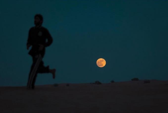 Dan ini adalah fenomena gerhana bulan di pandang pasir Saudi Arabia.
