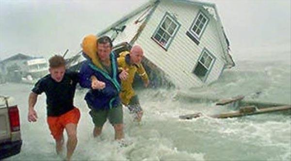 Nggak papa deh rumah kehanyut terkena hujan badai. Yang penting nyawa masih menempel di kandung badan.