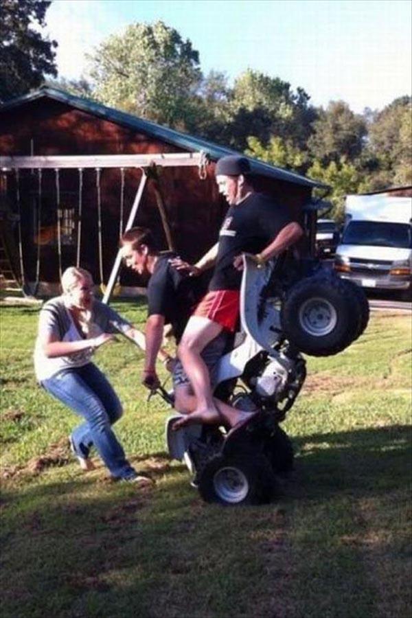Maksud si mbaknya baik guys, dia ingin menenangkan dua orang pria di ATV saat detik-detik mau jatuh. Nah, itulah foto yang bikin jantung kita berdebar. Oleh karena itu Pulsker, kita sebaiknya selalu berhati-harti saat dimanapun berada dalam tiap aktivitas. (Sumber : Bajiroo.com).