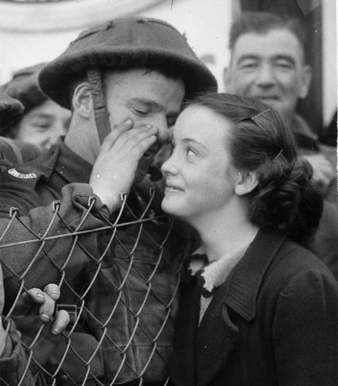 Sebelum berangkat ke medan tempur di tahun 1939, tentara ini membisikkan kata-kata manis pada kekasihnya Pulsker.