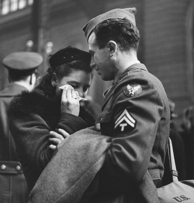 Perpisahan memang selalu menyakitkan dan berlinang air mata gengs. Seperti yang dialami wanita ini saat melepas kepergian sang kekasih di stasiun kereta New York ke medan tempur tahun 1943.