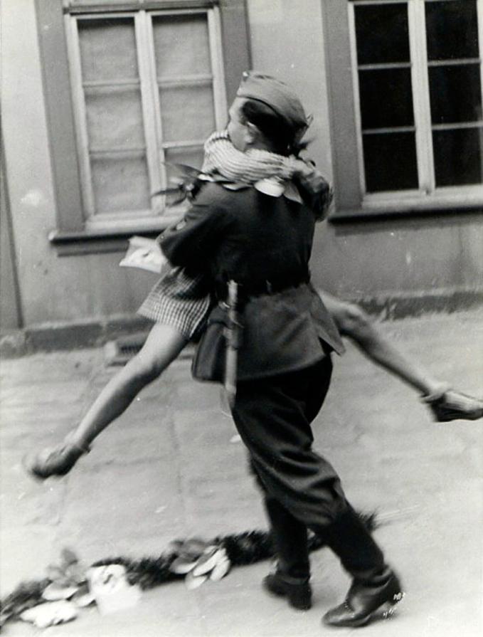 Kebahagian mereka tak terbendung saat berjumpa kembali dengan yang terkasih di tahun 1940-an setelah beberapa lama di medan laga. Wah, romantis juga ya Pulsker foto-fotonya. Pasti deh bikin baper, apalagi buat para jomblo nih.
