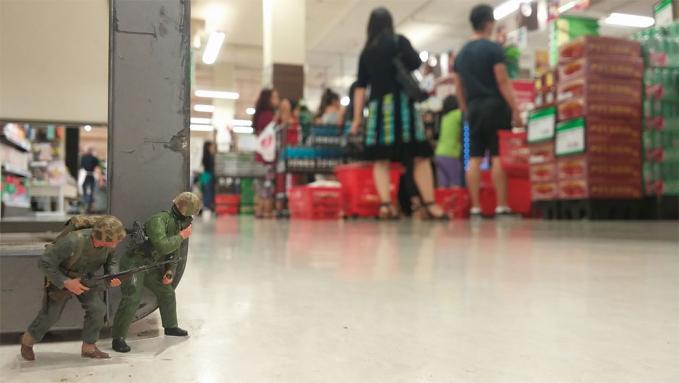 Wah, mereka juga masuk dalam supermarket lho. Mau nyari siapa sih?.